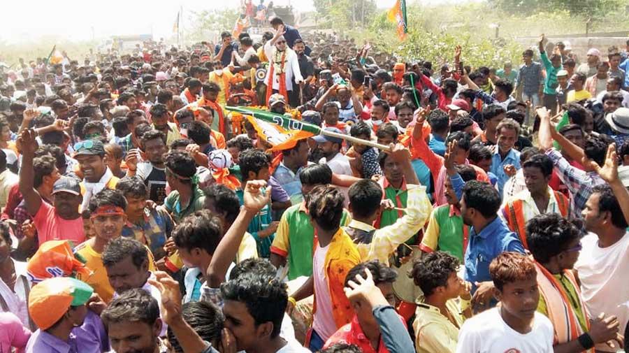 Fan frenzy over Mithun Chakraborty in Bankura