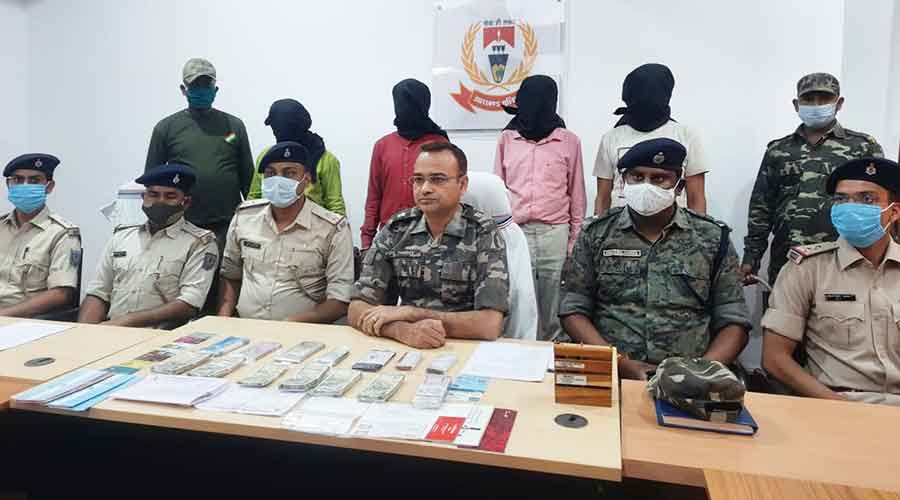 Latehar police hold a media conference after the arrest of the couriers