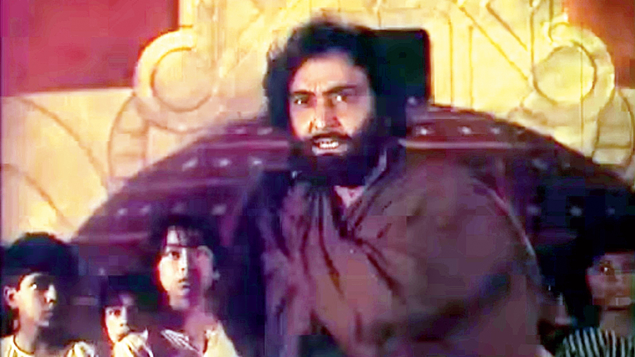 A still from Hirak Rajar Deshe (1980).
