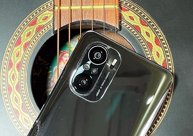 The rear panel of the black variant of the phone is a dust and fingerprint magnet