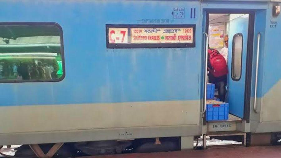 The Howrah- Ranchi Shatabdi Special train at Ranchi railway station.