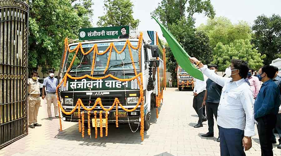 Hemant Soren flags off the Sanjeevani vehicles at Ranchi on Tuesday