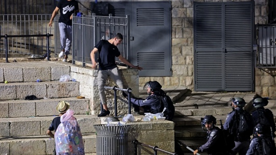 Palestinians 'hurt in clashes' at Jerusalem's Al-Aqsa ...