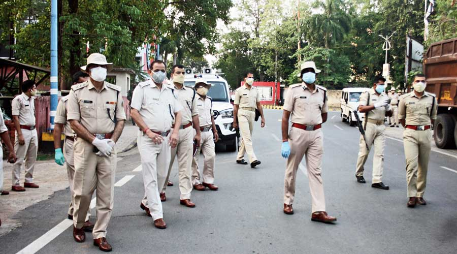 Police conduct flag march in Jamshedpur for the implementation of lockdown.