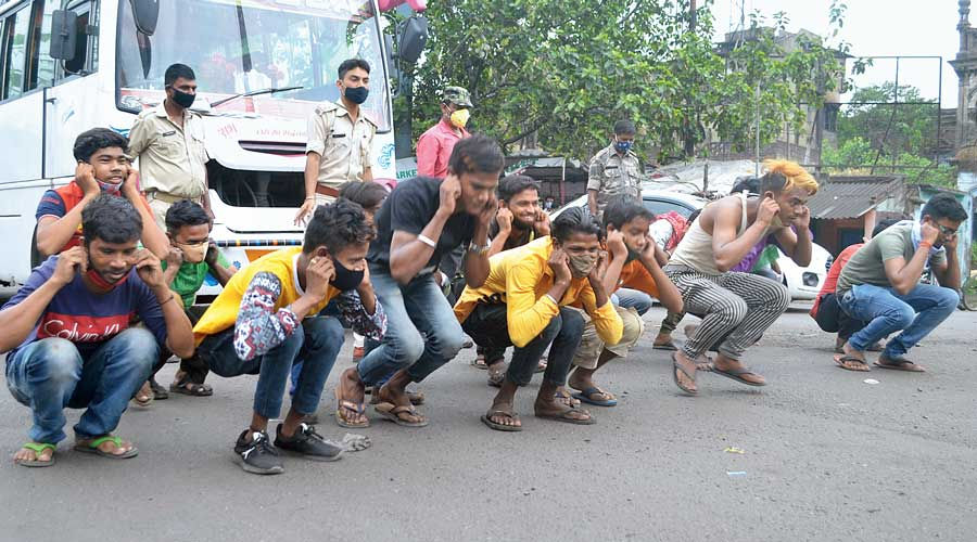 Covid guidelines violators made to do sit-ups at Jharia  in Dhanbad during lockdown.