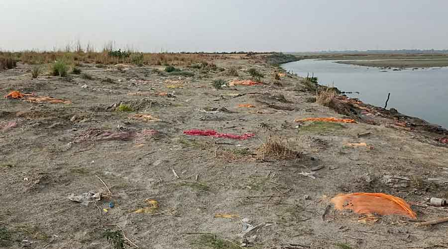 175 bodies two feet under riverbank in UP