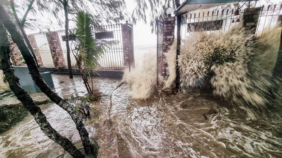 Yaas pounds Odisha coast, 2 dead