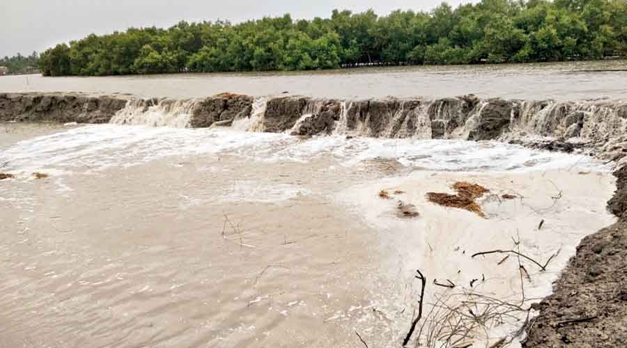 Yaas lashes Bengal coast, floods 4 districts