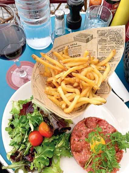 Steak tartare with shoestring fries