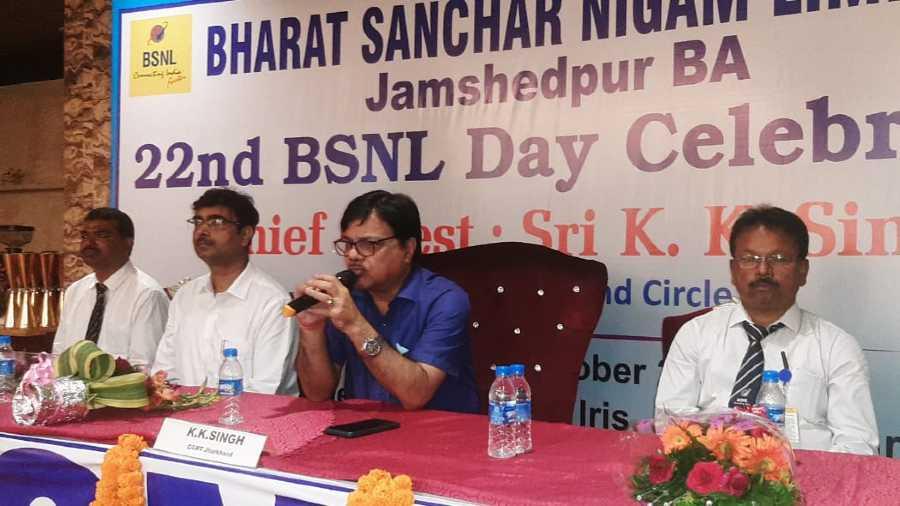 El gerente general de BSNL, Jharkhand Circle, K. K. Singh, se dirige a la celebración del día de la fundación de BSNL en Jamshedpur el lunes.