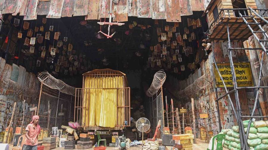 BARISHA CLUB has chronicled the struggles of refugees during the partition of Bengal. The pandal has touched upon the pain and strife endured by those who had to leave their homes through barbed wires, multiple milestones and forgotten suitcases.