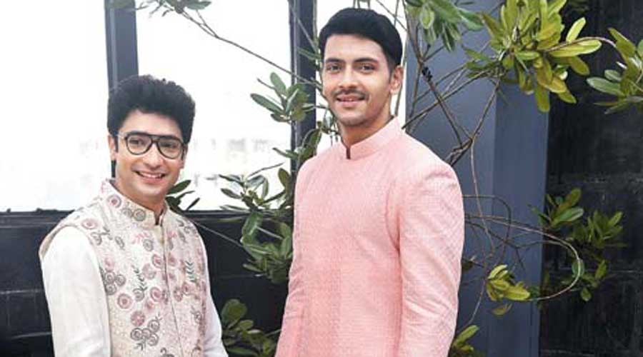 A wash of freshness. That was the mood of this picture. While Gaurav (left) was in an all-white ensemble paired with a Bagh hand-embroidered Nehru jacket, Arjun was in an orchid achkan kurta.