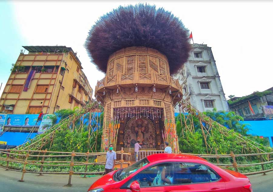 Manicktala Chaltabagan Lohapatty Durga Puja has managed to recreate tribal life that is deeply rooted in nature in the middle of the city's bustle. The pandal is surrounded by green cover with the top shaped like a bird's nest. The protima is decorated with bamboo and taalpata, as is the rest of the pandal, for authenticity.