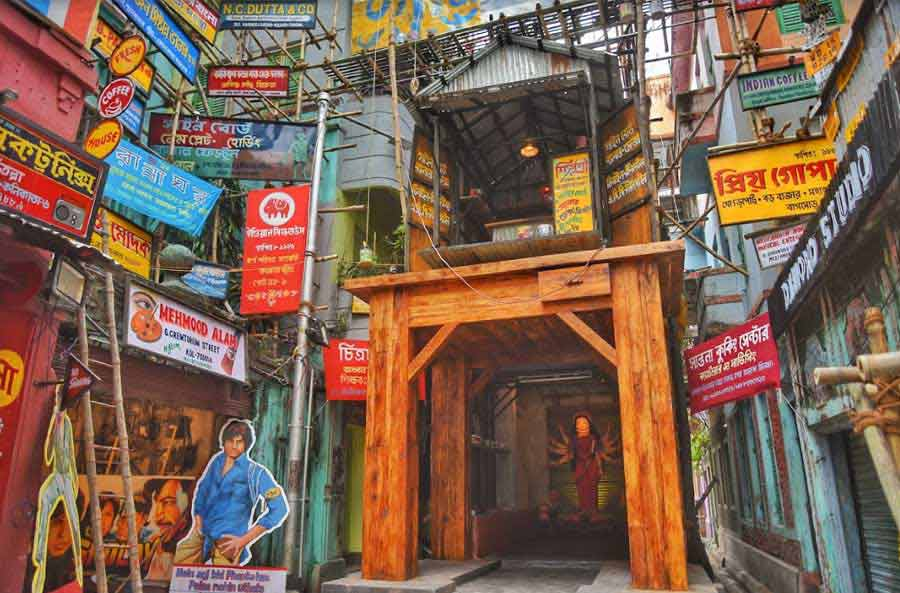 Nalin Sarkar Street Sarbojanin Durgotsab reminds devotees of the magic that a paintbrush can create. The pandal employed artists who have lost work after the advent of digital art and re-created a version of Mehboob Studio, complete with some iconic movie posters like those of Deewar and Sholay.