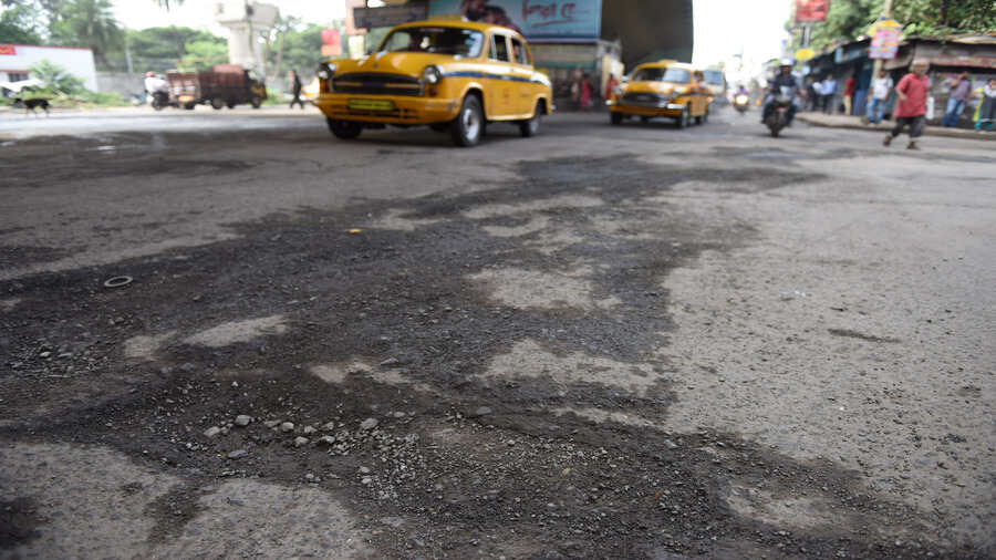 Police want road repairs on 300 Kolkata stretches before Puja