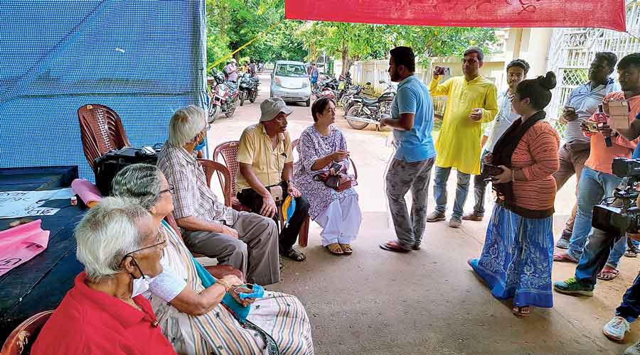 Old-timers of Santiniketan speak to the protesting students in front of Visva-Bharati VC Chakrabarty's residence  on Thursday.