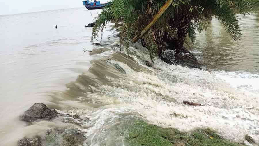 Rain, high tides wreak havoc in three Bengal districts