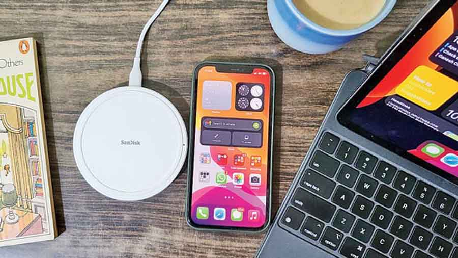 SanDisk Ixpand Wireless Charger 15W is an excellent wireless charging pad that frees you from the wired charging brick.