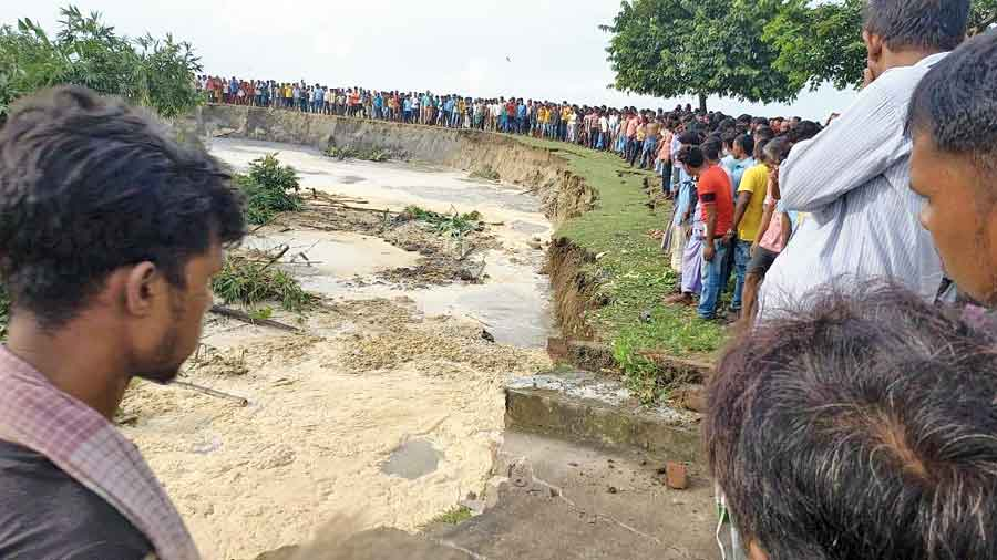 Villagers stand near the eroded bank of the Ganga in Birnagar 1 panchayat on Sunday.