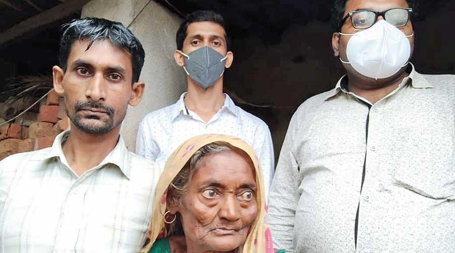 Gangadhar Pramanik (left) with his mother Bharati at their Bankura home, along with officials of Citizens for  Justice and Peace (CJP), on Wednesday