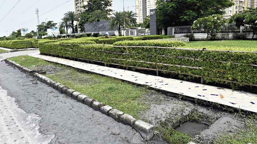Myriad traps on Kolkata pavements
