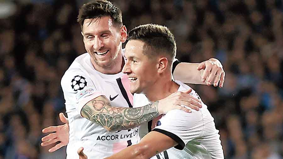 Ander Herrera (right) of PSG celebrates with teammate Lionel Messi after scoring their lone goal in Brugge on Wednesday.