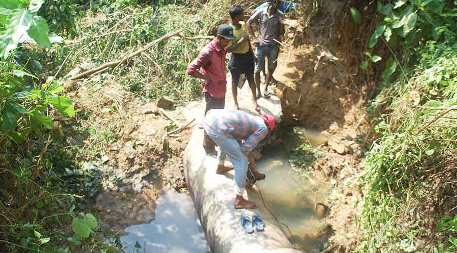 JMADA workers carry out repair work of a leakage pipe at Jharia on Friday.