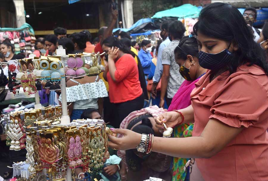 HELLO BUY BUY: Shoppers busy at a market in Kolkata on Sunday, September 12. As the Durga Puja countdown ticks away, traders and malls in the city are reporting higher sales and footfall