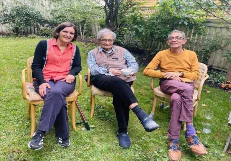 Amartya Sen flanked by Esther Duflo and Abhijit Vinayak Banerjee