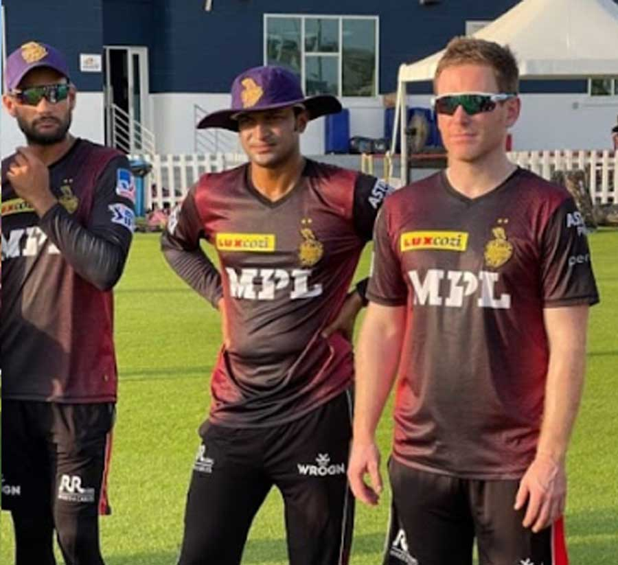 (From left) Sheldon Jackson, Shakib Al Hasan and Eoin Morgan try to decode the pitch.