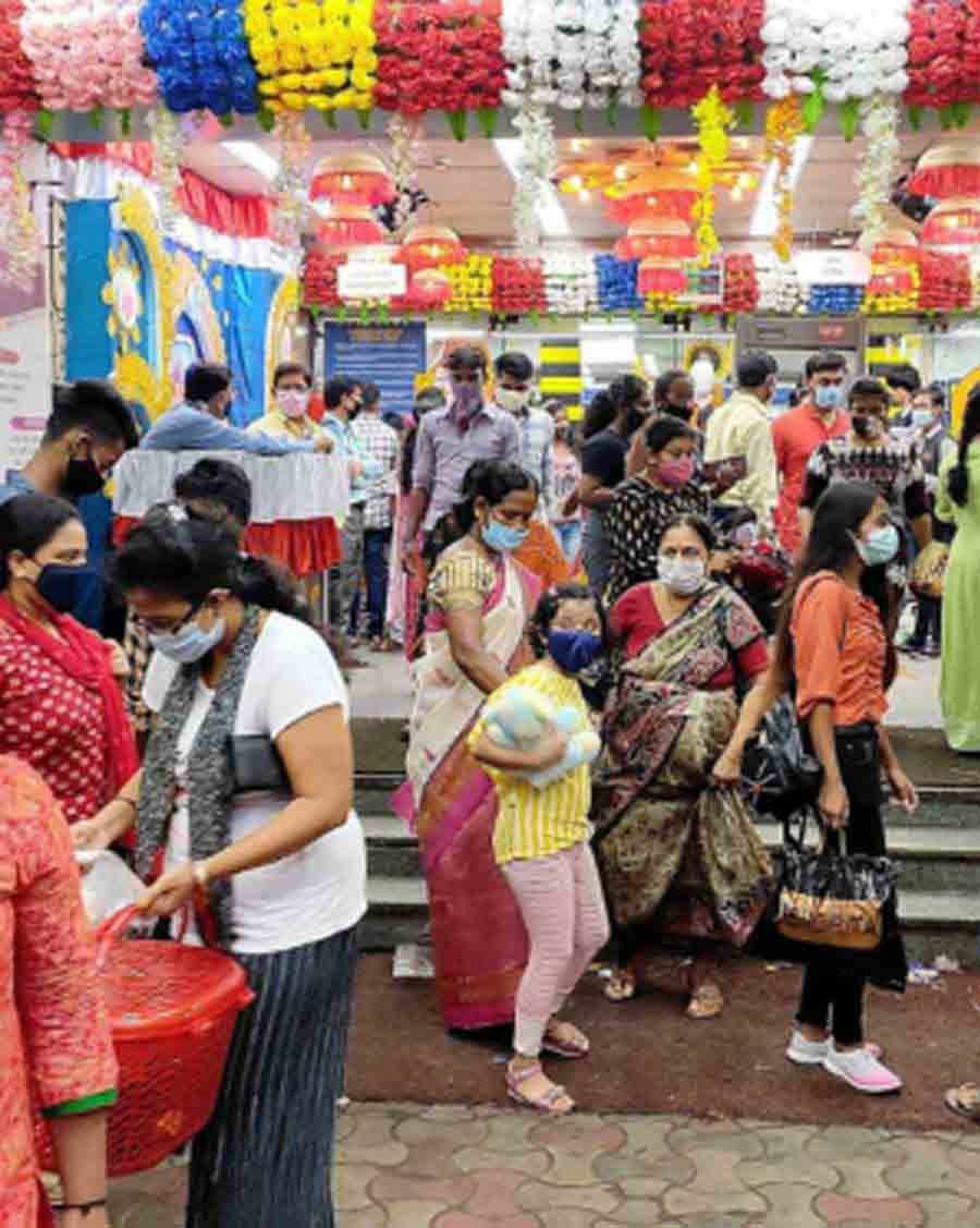 PUJA COUNTDOWN: Shoppers in south Kolkata on Sunday, September 19. With Durga Puja due from October 10, people made the most of the cloudy weather to catch up on retail therapy