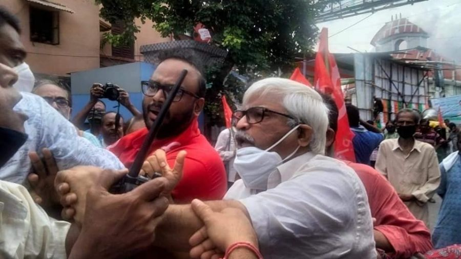 Srijib Biswas andSujan Chakraborty clash with cops in Calcutta on Sunday