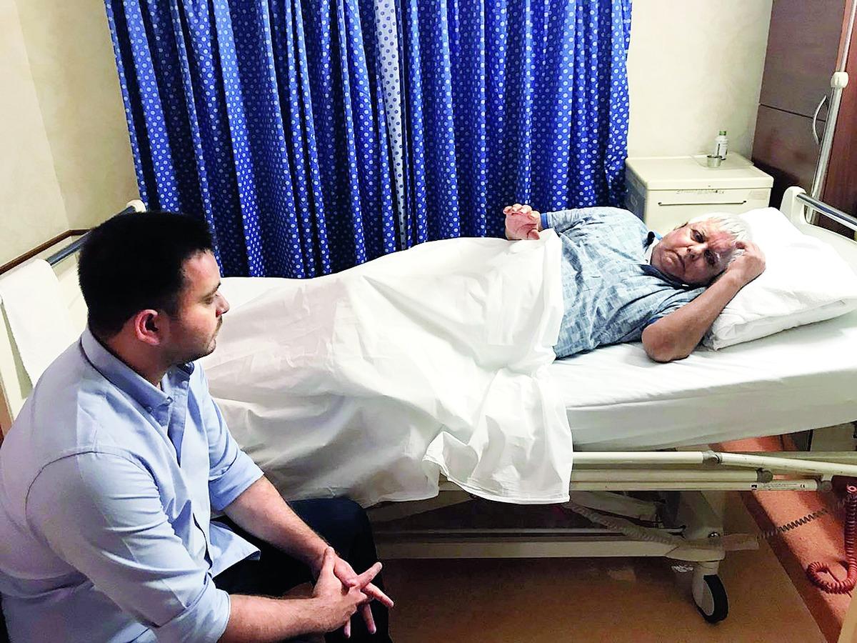Tejas visits ailing Lalu in Mumbai