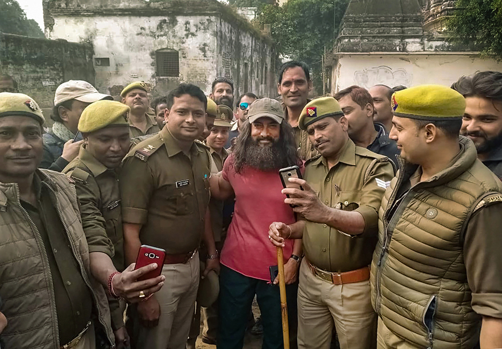 Aamir Khan poses for a selfie with policemen during the shoot of 'Laal Singh Chaddha' in Varanasi on December 10