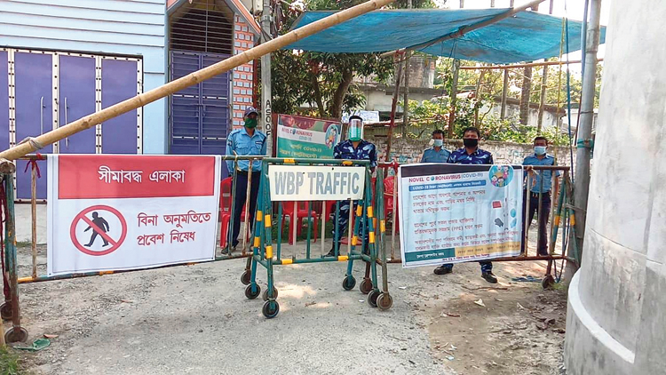 Police at a containment zone in Kaliaganj, North Dinajpur district, on Sunday.