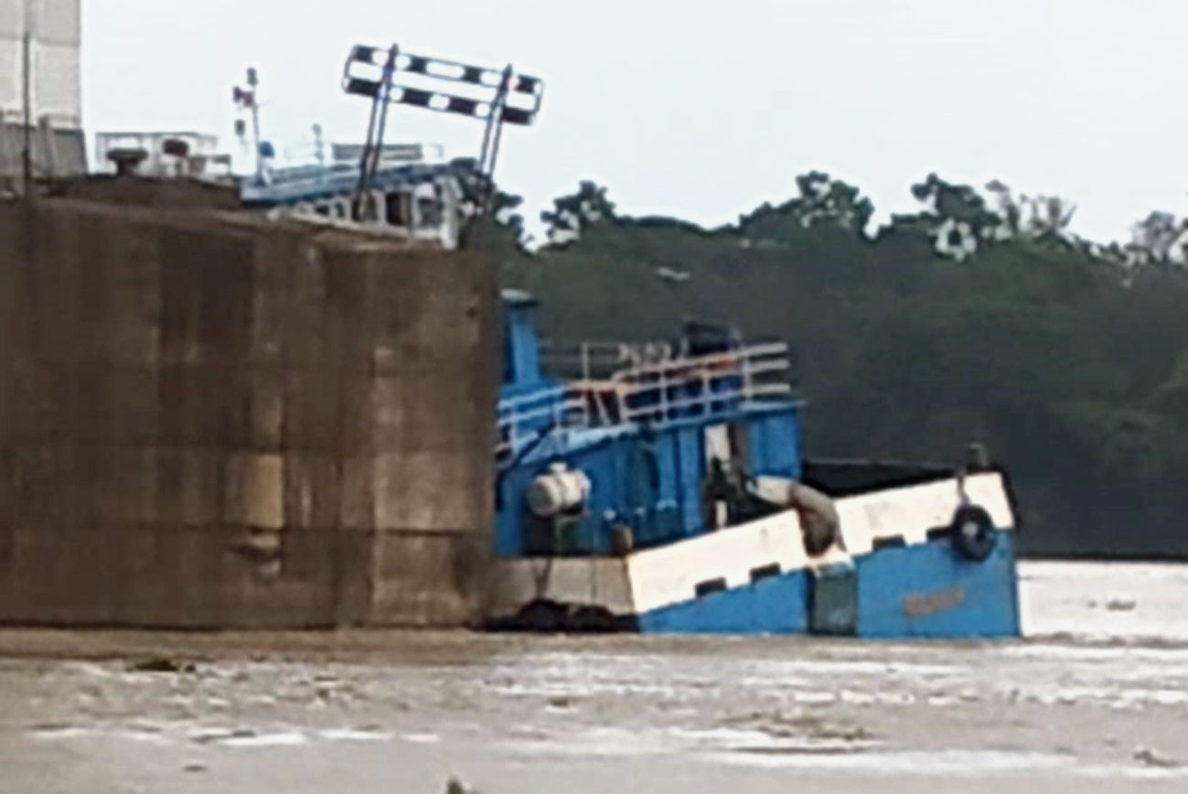A barge. Another vessel was later brought in to tow away the barge. Port trust officials and a river expert said high tidal waves possibly resulted in the barge getting detached from its anchor.