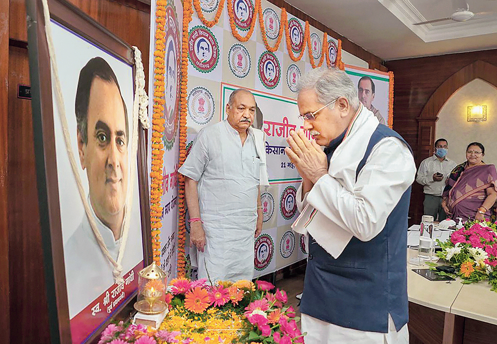 Bhupesh Singh Baghel pays tribute in Raipur to former Prime Minister Rajiv Gandhi on his death anniversary on Thursday