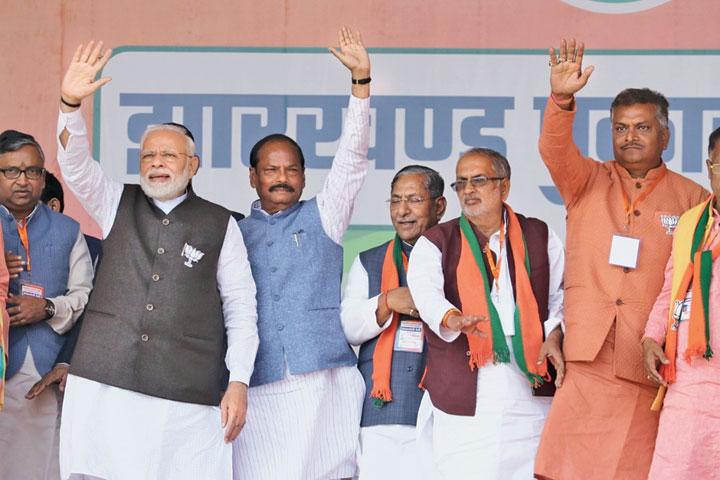 Prime Minister Narendra Modi and chief minister Raghubar Das in Barhi, Hazaribagh, on Monday.