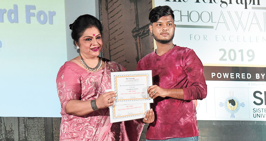 Md Samir receives his certificate from Indrani Sanyal, principal, DPS Megacity at the first leg of The Telegraph School Awards for Excellence 2019 on Saturday.