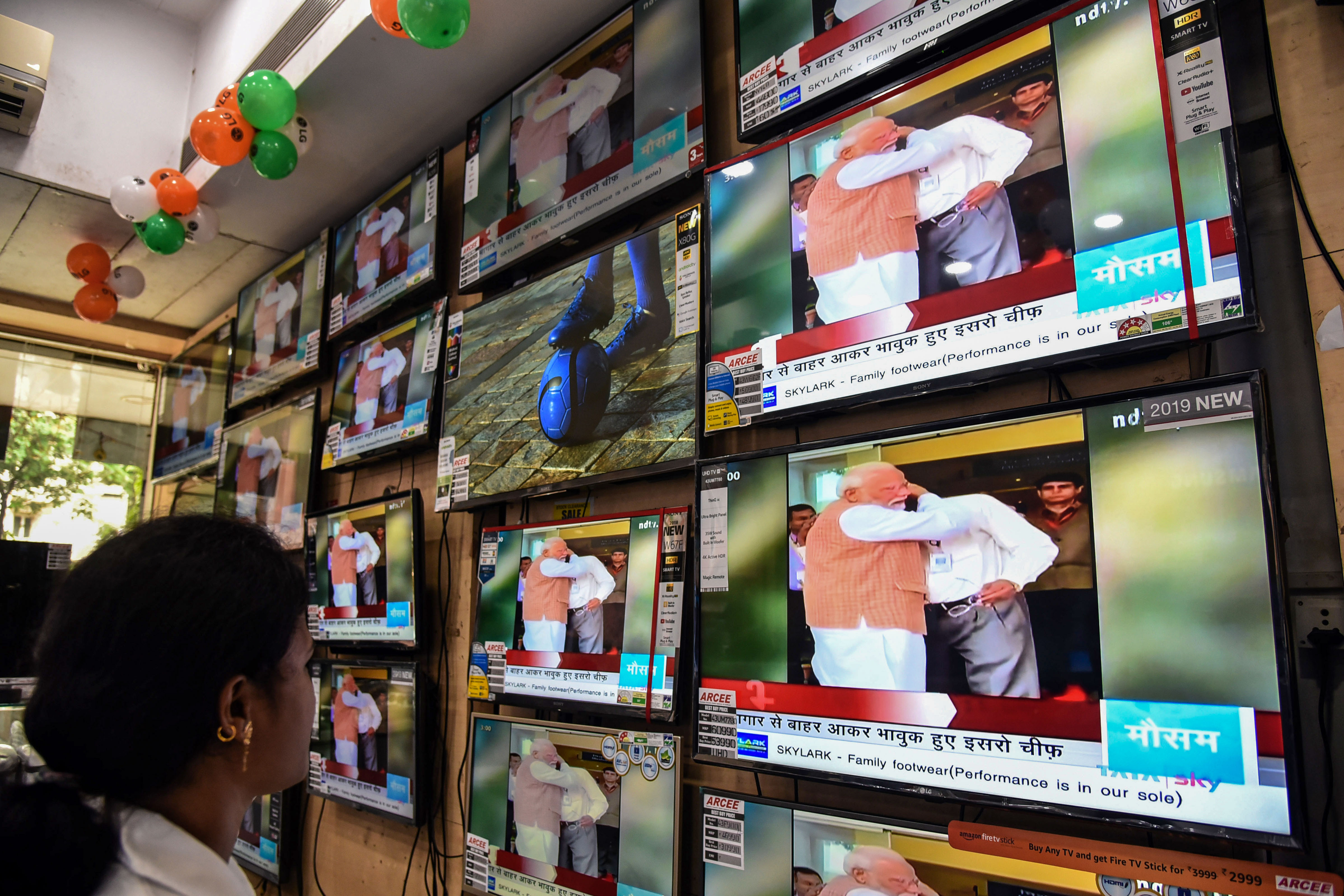 People watch Prime Minsiter Narendra Modi console Isro chief Dr K Sivan