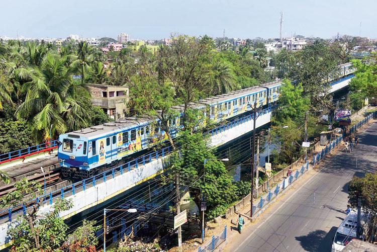 A non-AC rake of Metro Railway