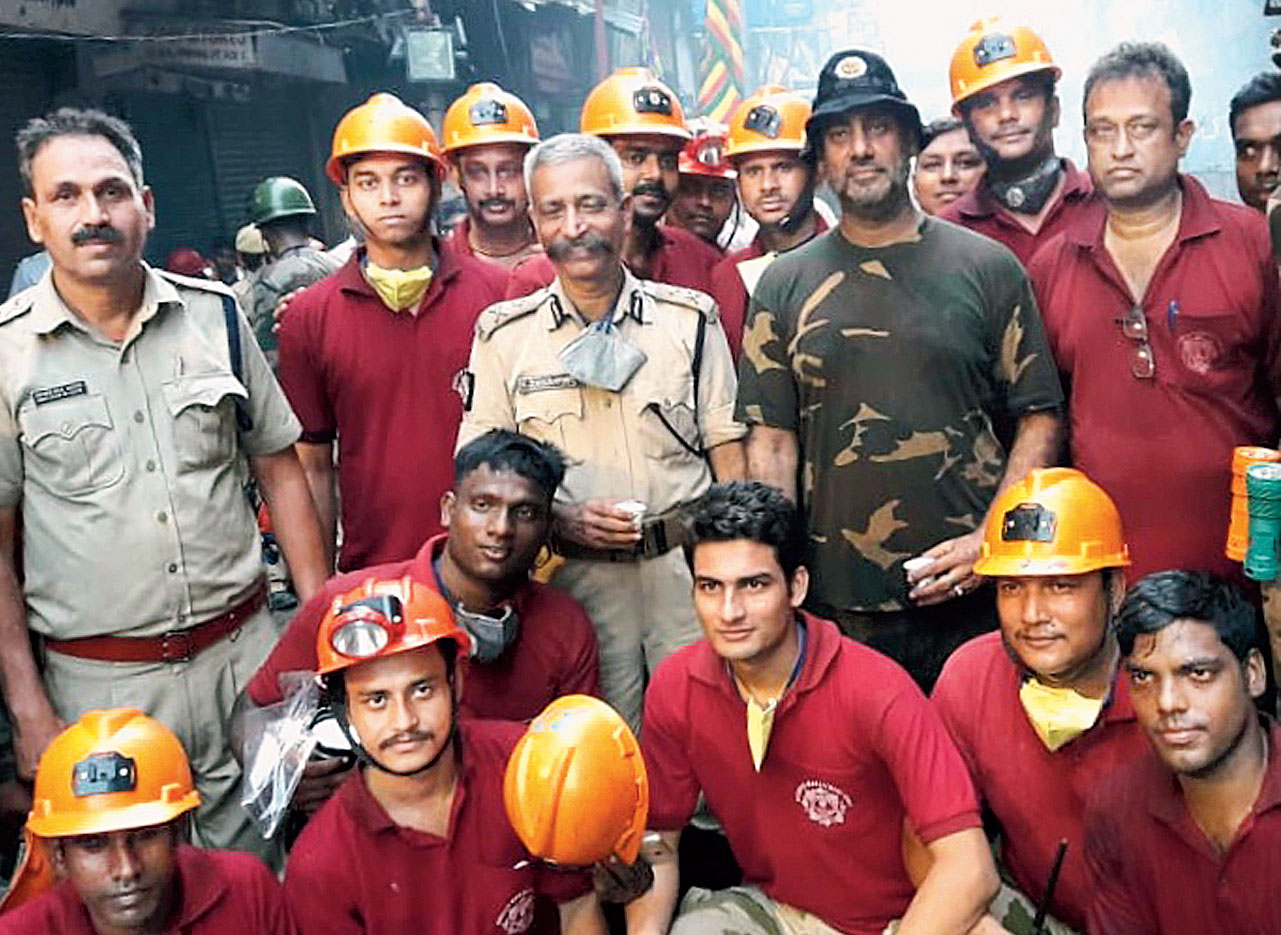 K. Jayaraman, additional commissioner of police (IV) (centre), Lt Col Nevendera Singh Paul (in camouflage fatigues), deputy commissioner, combat battalion, with the disaster management group of Calcutta police that was part of the rescue operation.