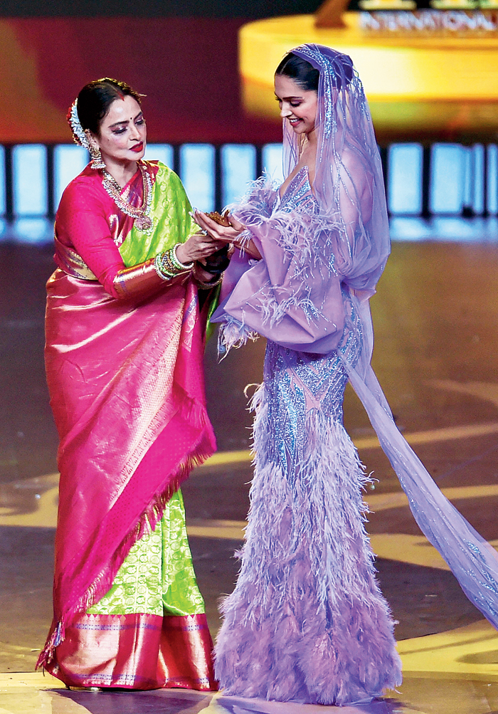 Deepika Padukone won the special award for 'Best Actress in the last 20 years', presented by Rekha