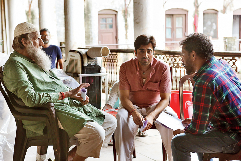 Shoojit Sircar (right) with Amitabh Bachchan and Ayushmann Khurrana on the sets of Gulabo Sitabo