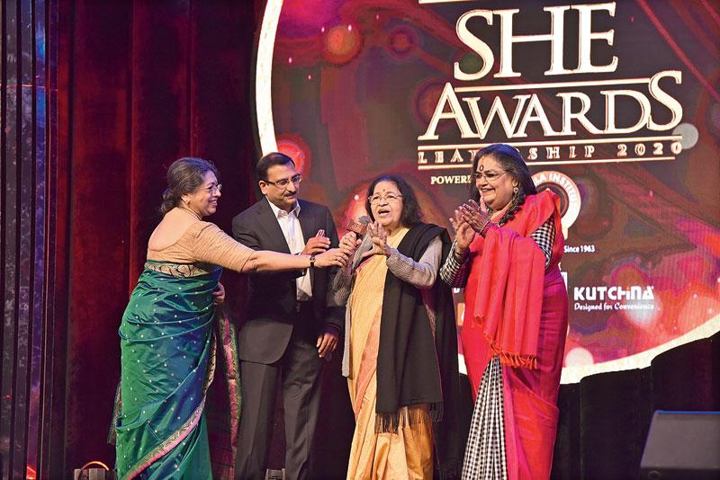 Thankamani Kutty receives her award from Tanusree Shankar, Usha Uthup and Vishal Jhajharia, managing director, StarOm Realty.