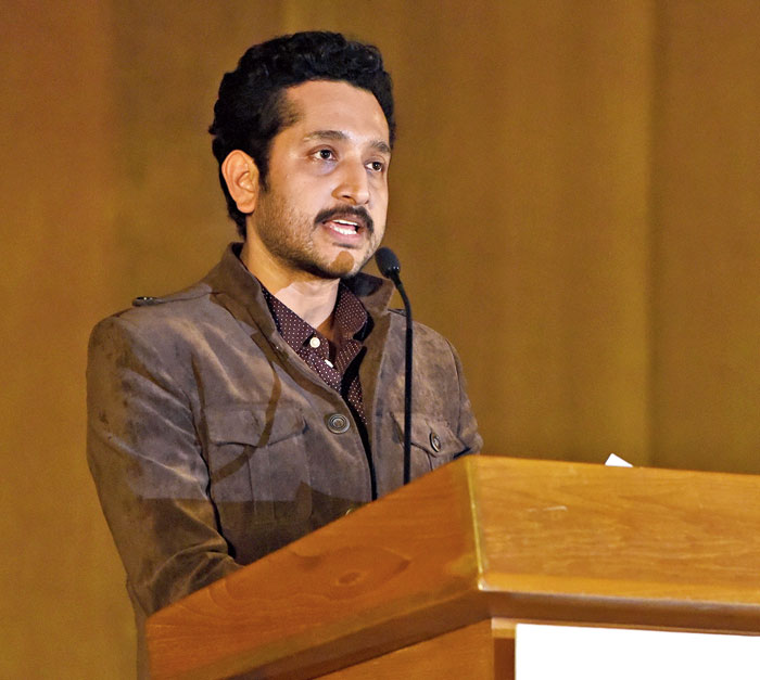 Dwitiyo Purush actor Parambrata Chattopadhyay talked about the Constitution of India and how it empowers the citizens with the freedom to critique if need be, and demonstrate against governments and their policies. He also recited Chitto jetha bhoy shunno, Uchcho jetha shir/ Gyan jetha mukto, Jetha griher prachir/ Apon prangon tole dibos shorbori/ Bosudhare rakhe nai khondo khudro kori (Where the mind is without fear and the head is held high, Where knowledge is free, Where the world has not been broken up into fragments by narrow domestic wars), by Tagore.