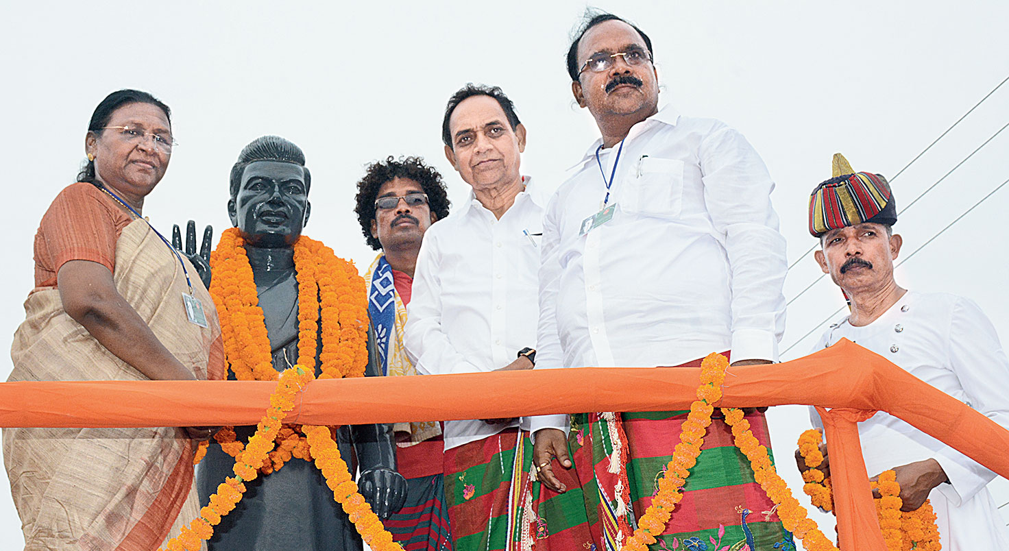 Governor Droupadi Murmu (left) unveils the statue of Pandit Raghunath Murmu in Kanderbera on Sunday.