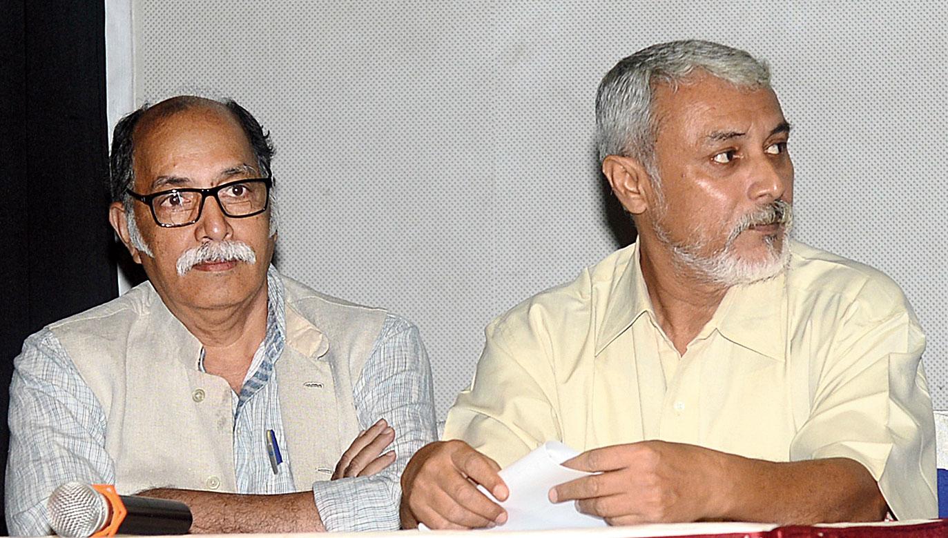 Raghunandan Singh Chundawat and (right) Raja Chatterjee of The Junglees at Rotary Sadan.