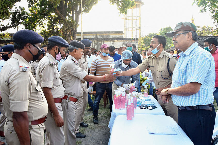 Dhanbad SSP Kishore Kaushal distributes hand sanitizers, gloves and masks to mobile PCR policemen at Police Lines in Dhanbad on Tuesday.