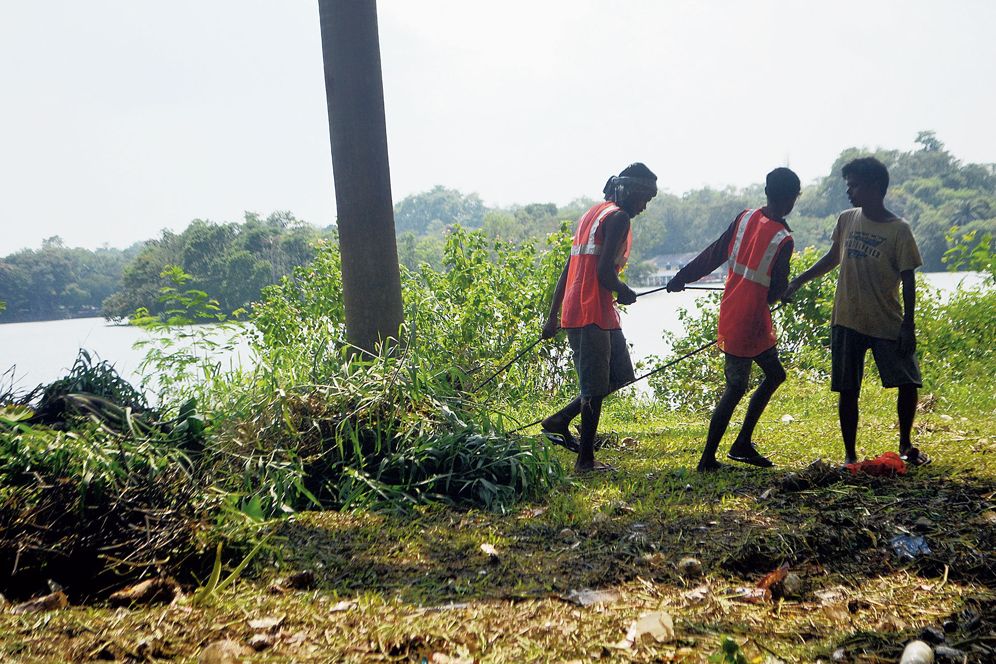 Jusco workers wrap up cleaning Jayanti Sarovar in Jubilee Park, Jamshedpur, on Saturday. The two-day angling contest will be held at the lake from July 29.